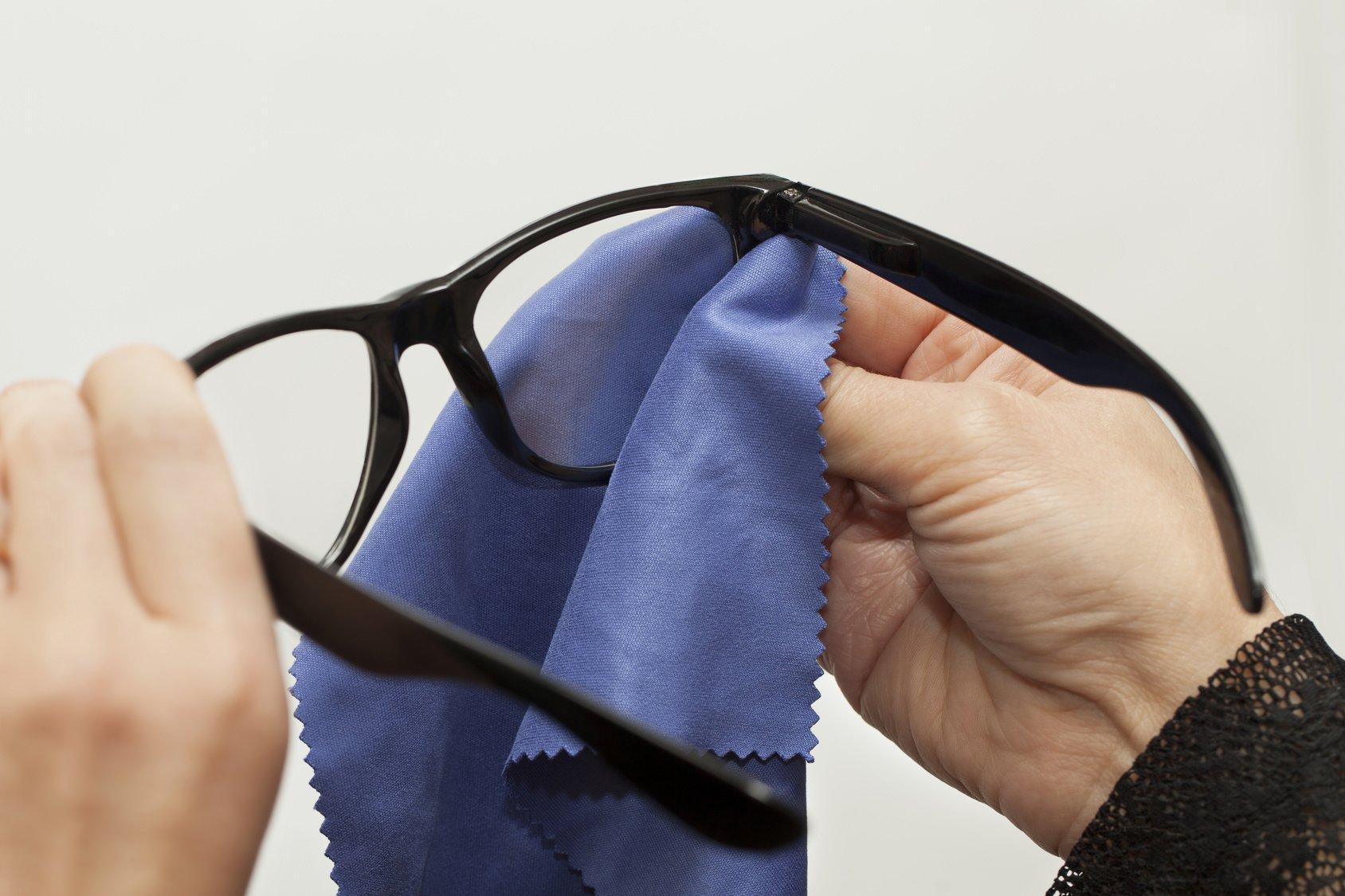 74dae78feca85 Como limpar óculos de grau